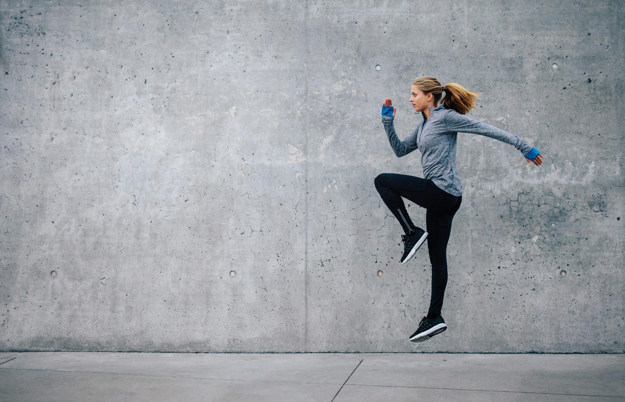 mujer, hiit, intervalos, saltos, cardio convencional