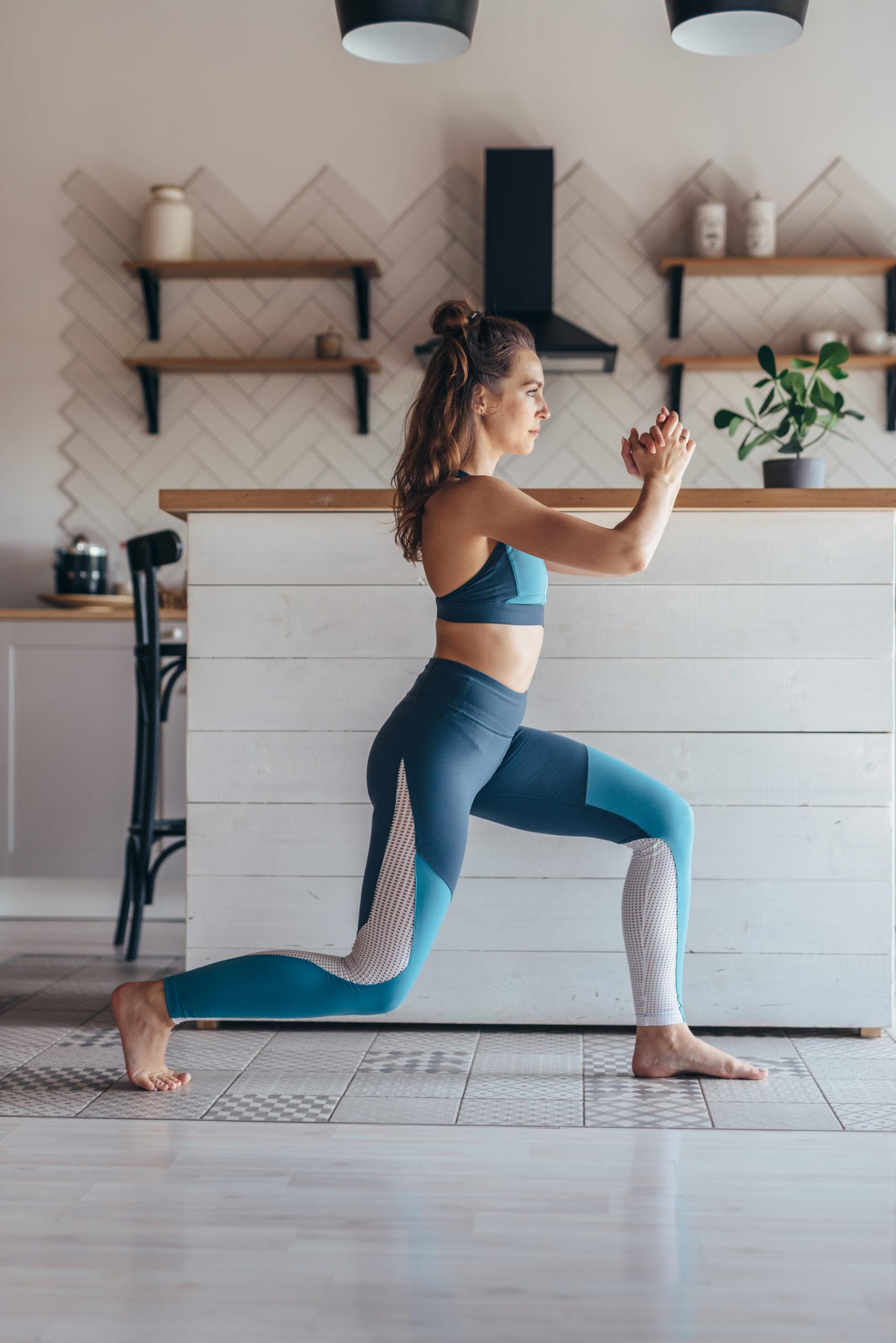 Más repeticiones o más peso mujer estocada entrenamiento NFT